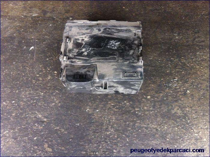 Peugeot 207 akü üst kapaðý